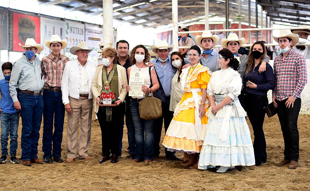 La familia Orendáin acompañando en el reconocimiento que se entregó a Roberto Orendáin González y Sara González de Orendáin