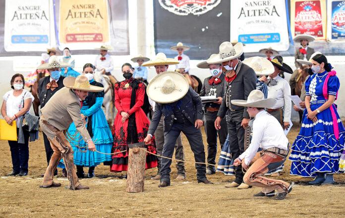 El corte de reata inaugural del Campeonato Nacional de Charros Mayores corrió a cargo del presidente de la Federación, ingeniero Leonardo Dávila