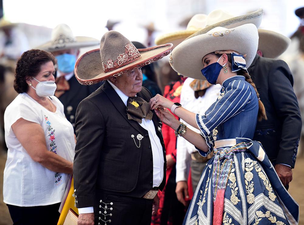 SGM María I impone la condecoración Herradura de Oro a Don Sabas Ugarte Parra