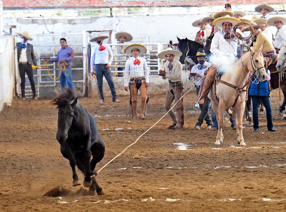 Raúl Bañuelos Alcalá lució con tres piales en la competencia matutina
