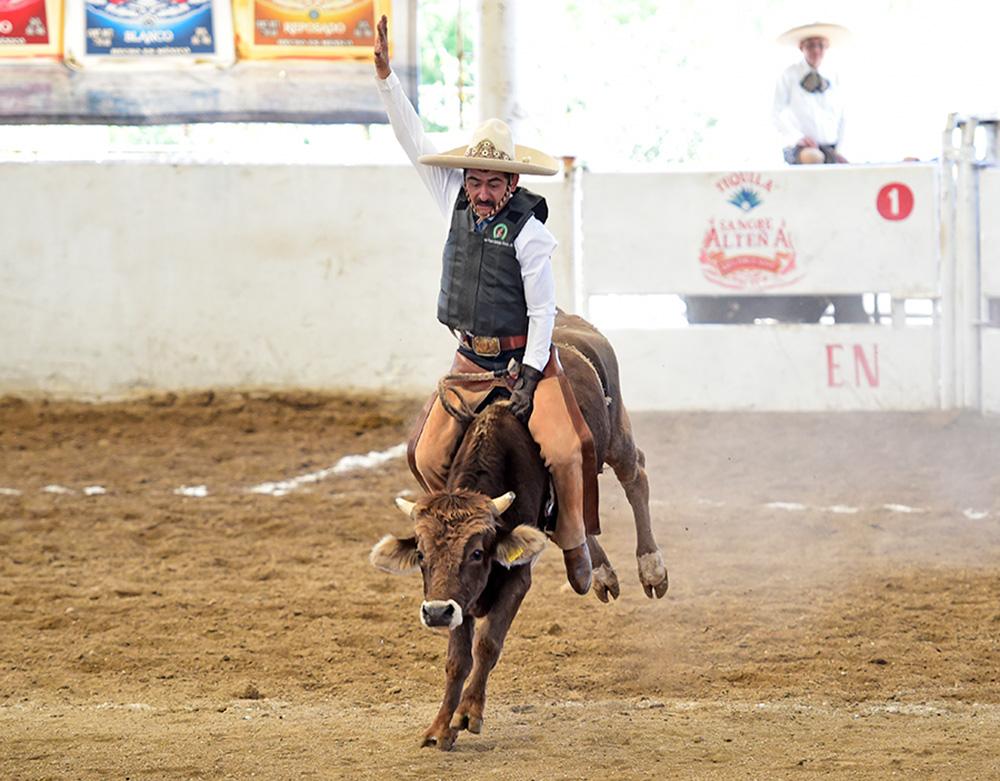 Buena monta de toro de Juan Pedro Estrada González, que jineteó al toro con 56 años por el equipo San Miguel de Huentitán