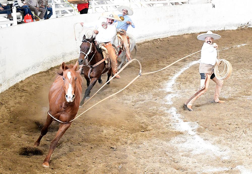 Daniel Ortega Sánchez de Zacatecas acertó sus tres manganas a pie en la competencia del Charro Mayor de Cinco Faenas