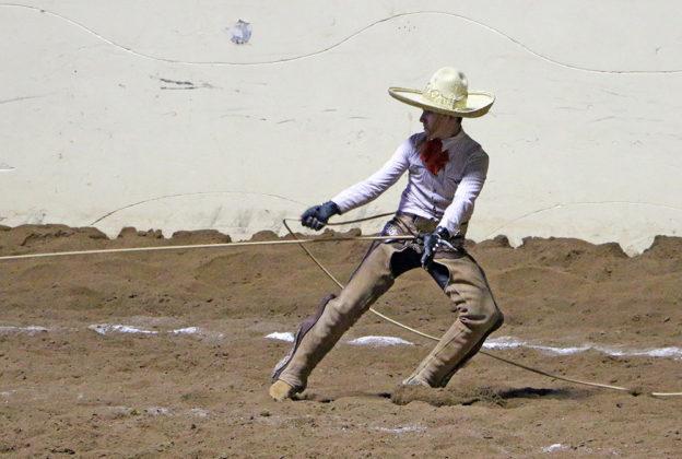 Antonio Aceves Álvarez chorreando alrededor de los cuadriles una de las manganas a pie que agarró para La Colonial de Zacatecas