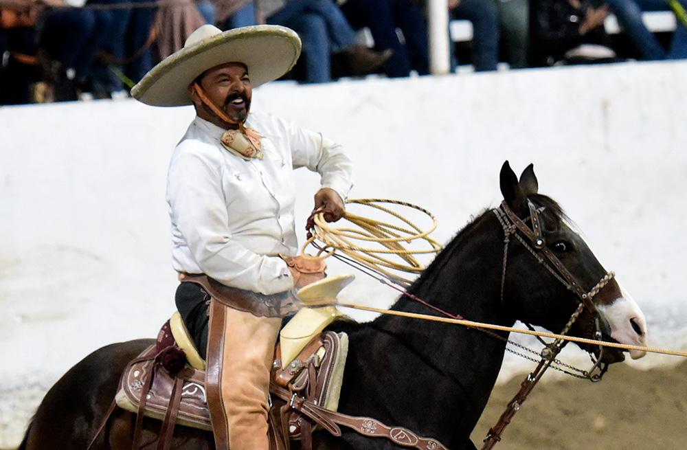 Alfonso Lozano derriba su tercera oportunidad de manganas a caballo, defendiendo el estandarte de los Charros de Tlaltenango