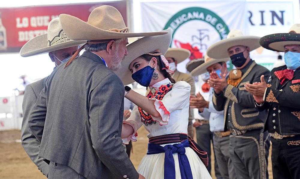SGM María I, soberana nacional, imponiendo la Herradura de Oro al señor Guillermo Ogarrio Salcedo