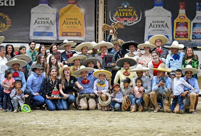 Premiación a Rancho Casa Goytia, equipo campeón nacional y agrupación del monarca del Charro Mayor en Cinco Faenas, Adalberto Bollaín y Goytia