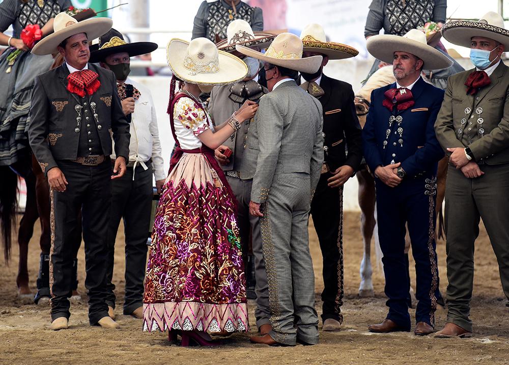 Momento en que SGM María I impone la Herradura de Oro al doctor Ignacio de la Torre Gutiérrez
