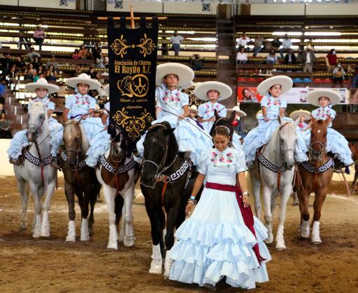 """Integrantes de la escaramuza El Rayito de Coahuila, categoría Infantil """"A"""", encabezadas por su estandarte"""