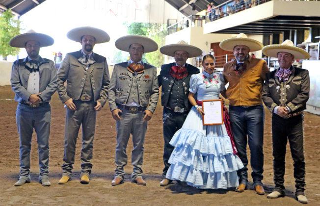 La tarde de este jueves le fue impuesta la presea Rosa de Plata a Alejandra Valdez Martínez