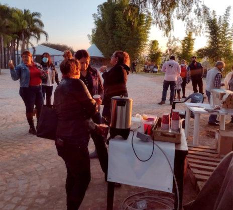 Los padres y acompañantes de las pequeñas que asisten cada mañana al reconocimiento del terreno disfrutan café en las instalaciones de Rancho El Pitayo