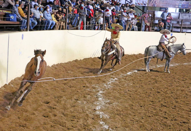 Emilio Fragoso Palapa acertando una de las dos manganas que agarró para Rancho Alegre de Tulpetlac