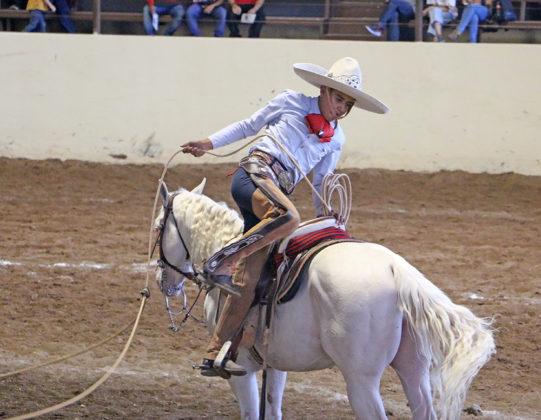Emmanuel Larios Valencia gira sobre su estribo izquierdo, en un lucido movimiento no especificado, durante la terna en el ruedo de Amando Gil Laguna