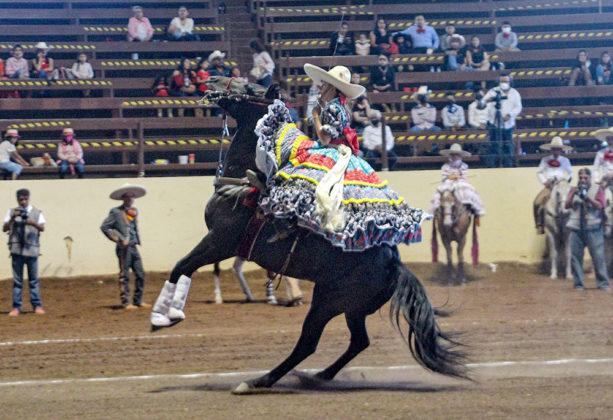 Luciana Vizcarra Rodríguez presentó esta emocionante punta para la escaramuza Alacrancitas de Durango