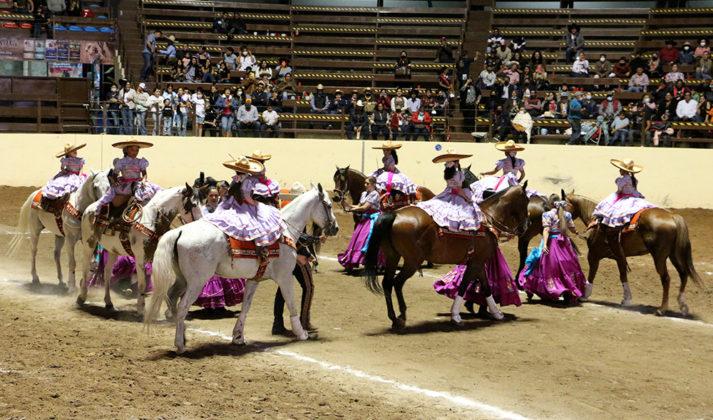 Las integrantes de la escaramuza Mexiquense Dientes de Leche, bien custodiadas, ejecutando el ejercicio San Miguel, concepto de agrupación