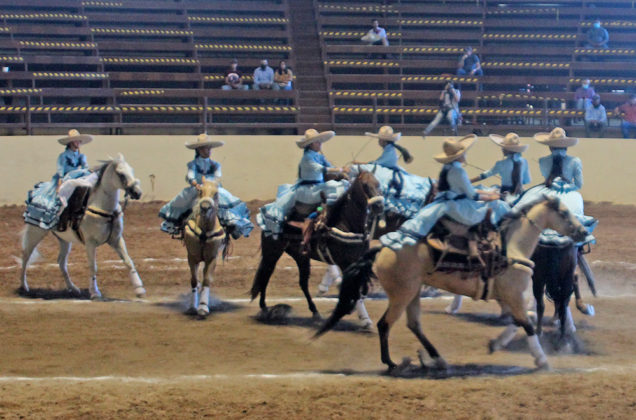 """Las Caporalas de Chihuahua, categoría Infantil """"B"""", cuajando un cruce denominado """"Las Riendas"""""""
