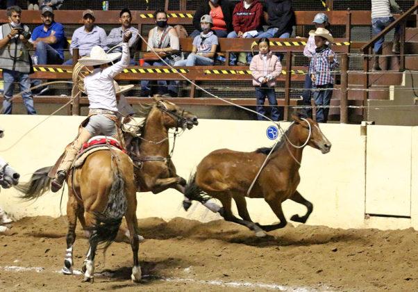 Dos buenas manganas a caballo acertó John Paul Dwyer para la Selección Charros de Cadereyta