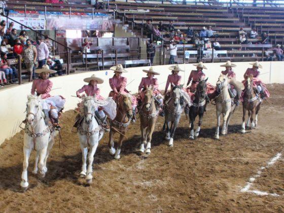 Las Coronelas de Chihuahua ejecutando el abanico en la competencia vespertina de este miércoles
