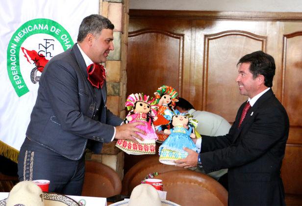 El Presidente de la Federación obsequia muñecas tradicionales queretanas al Secretario de Turismo del Gobierno del Estado de Aguascalientes