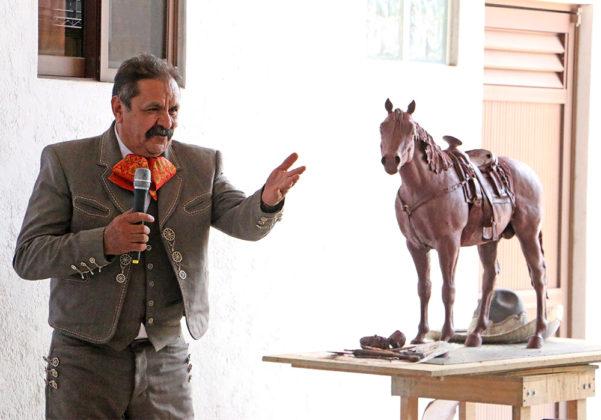 El maestro Juan Rayas presentó el modelo del trofeo que se entregará en el Campeonato Nacional Charro Aguascalientes 2021