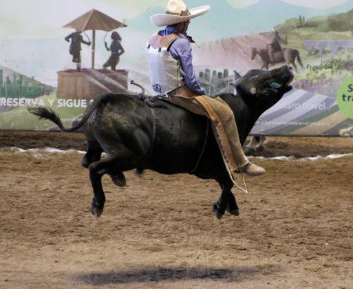 Extraordinaria la jineteada de toro que pegó Sergio Arturo González Herrera para los Charros de Villanueva