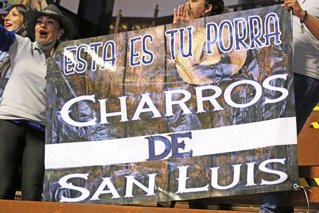 La porra de los Charros de San Luis Potosí apoyaron en todo momento a sus jóvenes competidores en el compromiso nocturno