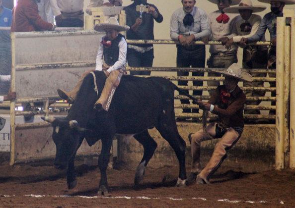 José Tadeo Campa Borges le ganó 17 unidades al toro en esta emocionante jineteada