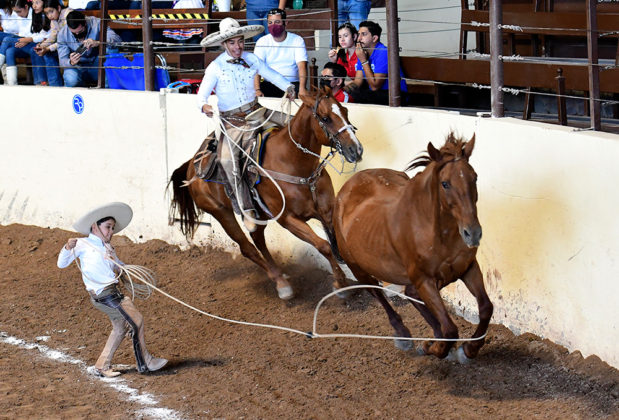 Dylan Emiliano Escobar Jiménez enloqueció a la porra de Rancho El Ojival al agarrar sus tres manganas a pie