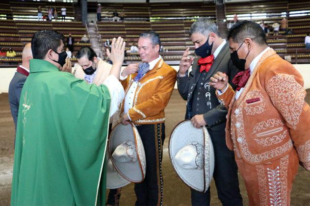 El sacerdote Óscar Sánchez ofreciendo la bendición a José Antonio Salcedo López, presidente de la Federación, acompañado por el PUA de Querétaro, José Luis Maldonado Álvarez, y de Guanajuato, Gerardo Rico Cázares