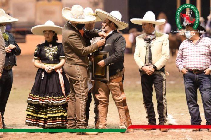 El presidente José Antonio Salcedo impone la presea Herradura de Oro a Juan Bañuelos Ramírez