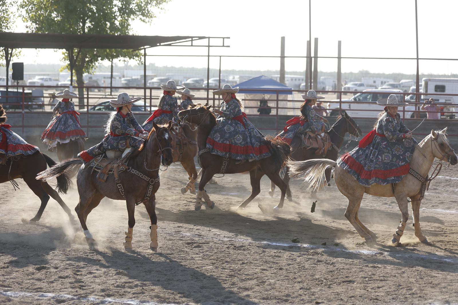 La escaramuza Villa de Guadalupe actuó en la segunda competencia del viernes en McFarland