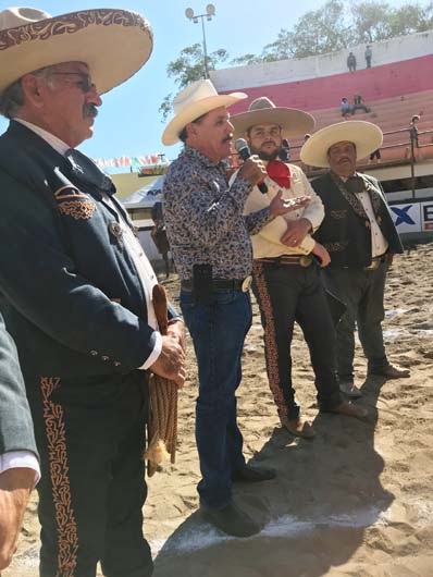 Acto inaugural a cargo del regidor Felipe Velarde,   en representación del alcalde de Mazatlán