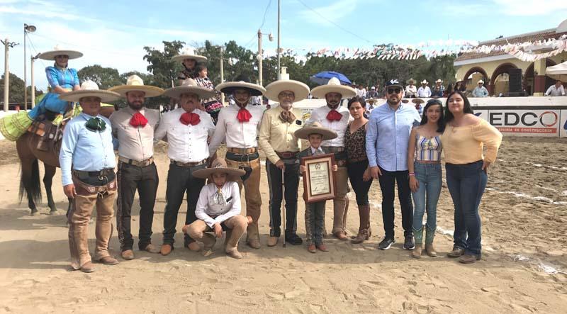 Don Ricardo Stringel al recibir el reconocimiento que le otorgó la Federación Mexicana de Charrería