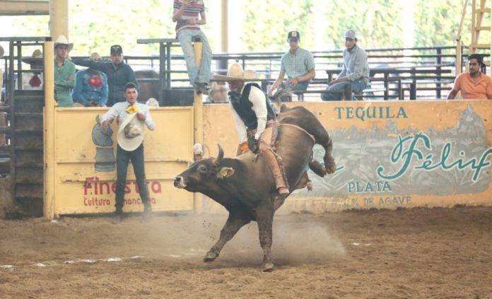 Vistosa jineteada de toro consiguió Luis Antonio Muñoz, en Tlajomulco de Zúñiga