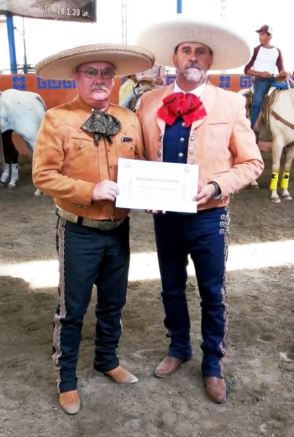 Don Arturo Esquivias Romero, de Rancho Nuevo de Tepatitlán, recibió un reconocimiento de manos de Efraín Ramírez, delegado de la UACHEJ en la zona Los Altos