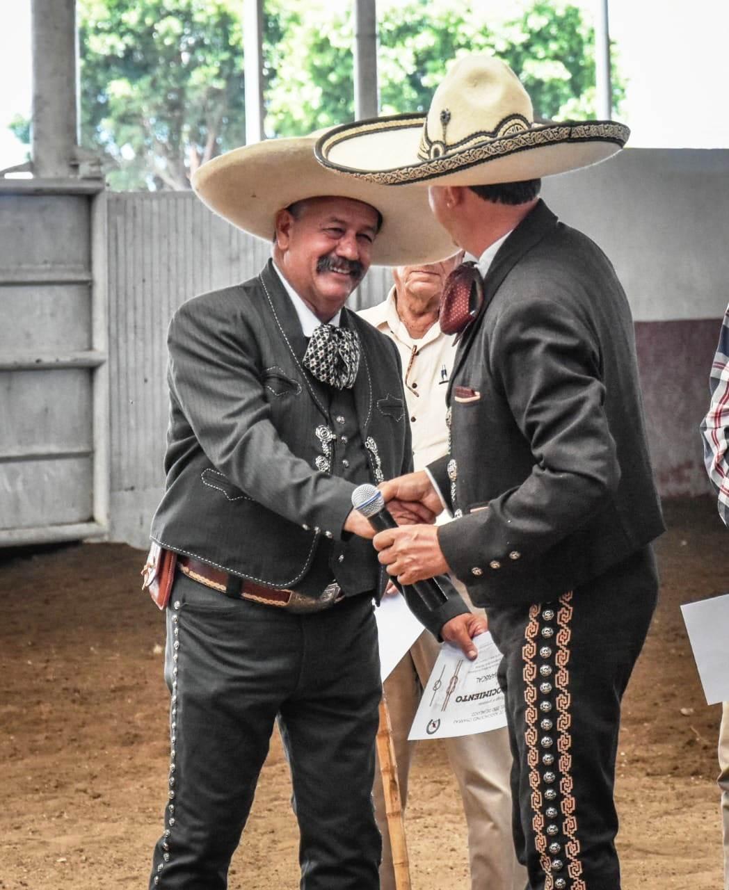 La unión de asociaciones de charros de Jalisco ha entregado reconocimientos a personalidades de esa entidad, como es el caso de Juan José Mariscal Ávalos, de los Charros de Etzatlán
