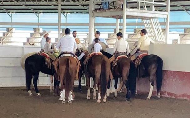 Los charros Dorados de California orando previo a su gran participación en el estatal de Jalisco etapa uno