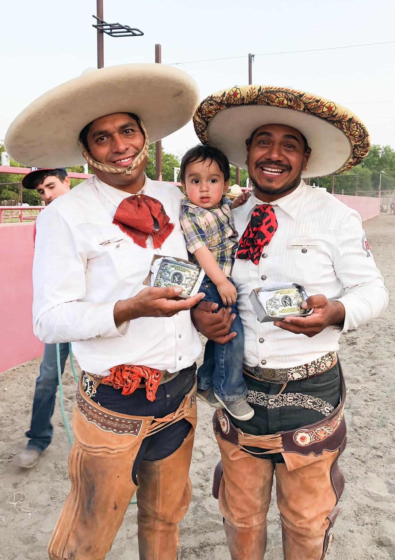 Jorge Seañez y Edgar Barrios, campeones estatales de Kansas en piales y cala de caballo, respectivamente