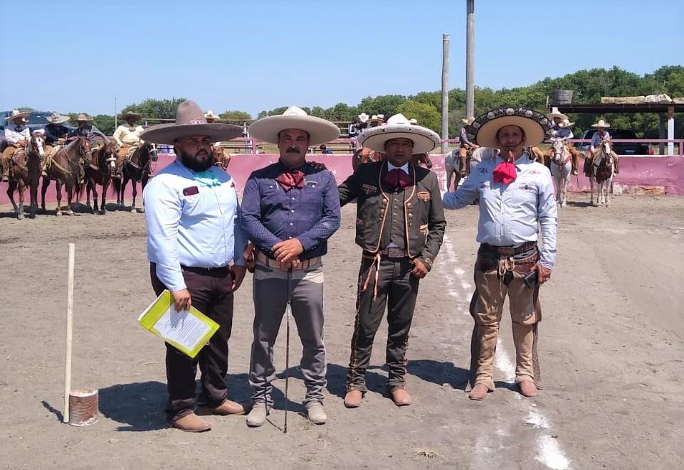 Jueces acompañando a Alejandro Delgado PUA de Kansas y a Juan Antonio Martínez, del comité organizador