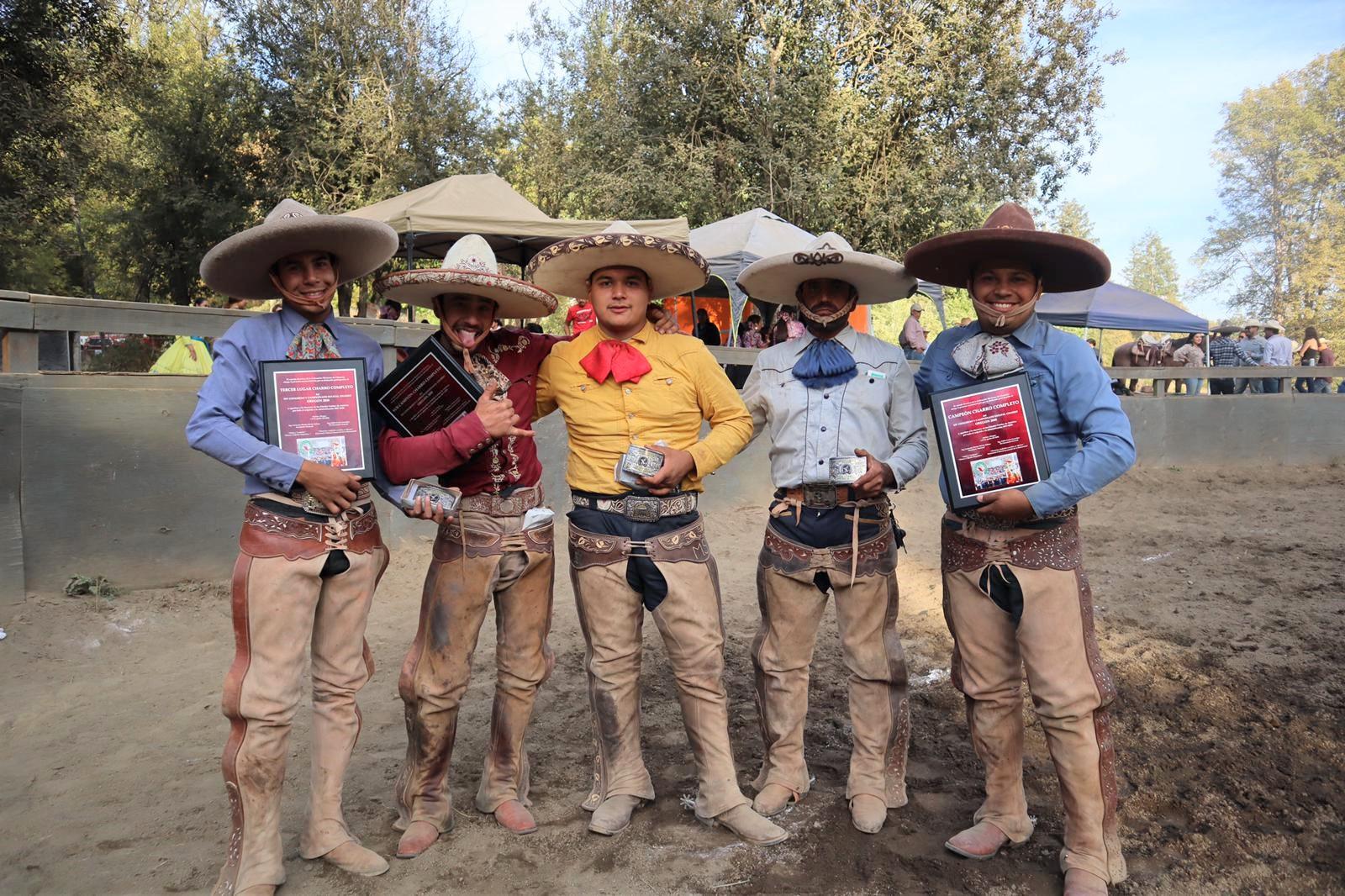 Charros completos que consiguieron los tres primeros lugares y algunos individuales, entre ellos el campeón 2020 Ricardo Figueroa (derecha)
