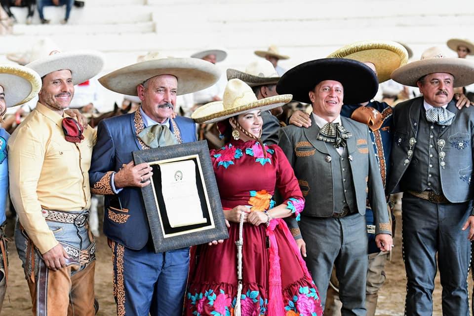 Don Rafael Velázquez Lozano, al recibir la Espuela de Oro, que le otorgó la Federación Mexicana de Charrería