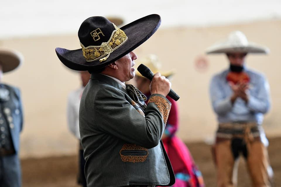 El ingeniero Abraham García al pronunciar su mensaje, reconociendo el legado de don Rafael Velázquez