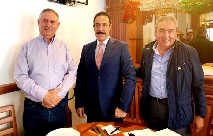 El licenciado Omar Fayar Meneses, gobernador del estado de Hidalgo, en la reunión que sostuvo con el ingeniero Leonardo Dávila y el licenciado Jorge Rojo