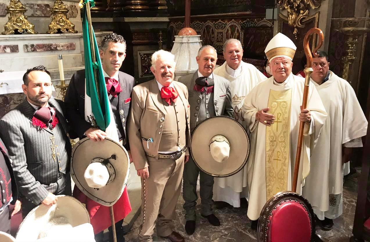 El ingeniero Leonardo Dávila, presidente de la FMCH y miembros de la Asociación de Charros de Jalisco en la santa misa del Día del Charro, en Guadalajara