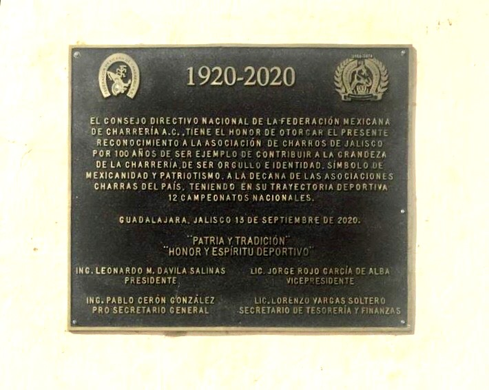 Placa conmemorativa de los 100 años de la fundación de la Asociación de Charros de Jalisco, obsequiada por la FMCH