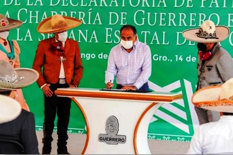El gobernador de Guerrero, licenciado Héctor Astudillo, al firmar la declaratoria de la Charrería como Patrimonio Cultural Inmaterial de esa entidad