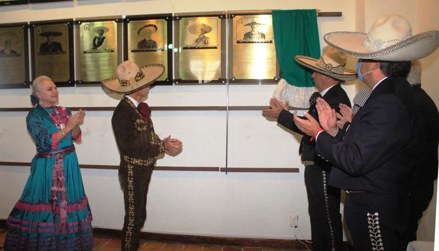 Momento en que es develada la placa conmemorativa del ingreso de don Macario González Rodríguez al Salón de la Fama de la FMCH