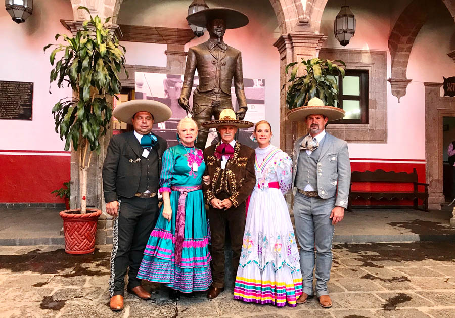 Don Macario González acompañado por su distinguida esposa e hijos