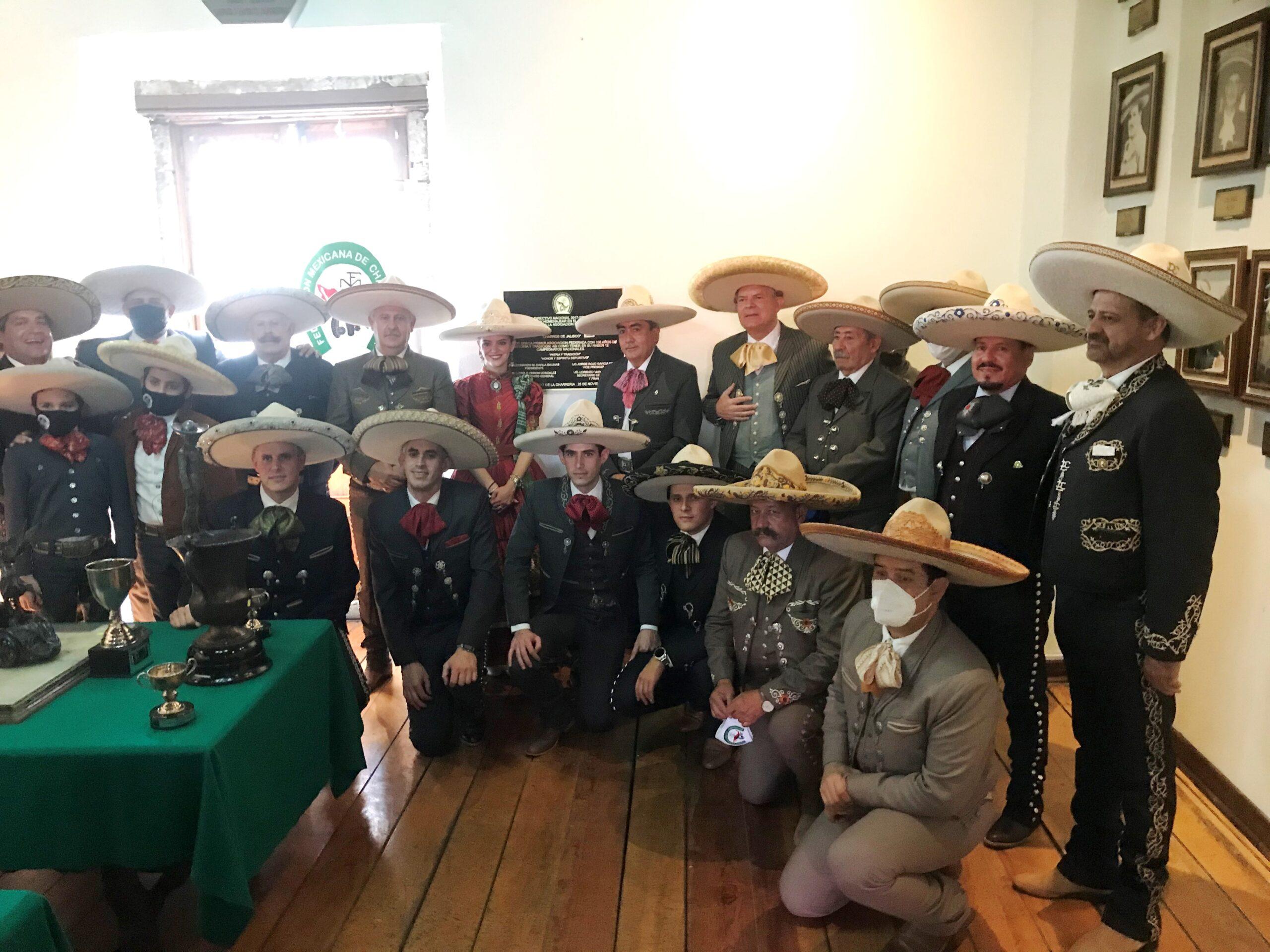 Los Charros de Jalisco que asistieron a la develación de la placa conmemorativa por el centenario de fundación de esa agrupación, colocada en el Salón de la Fama