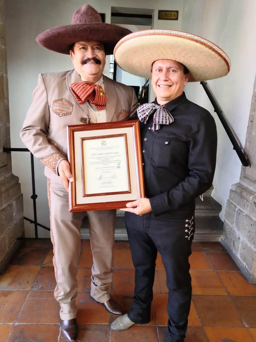 El profesor Gabriel Torres de la Hoz, tras haber sido reconocida su labor periodística dentro del deporte de la charrería