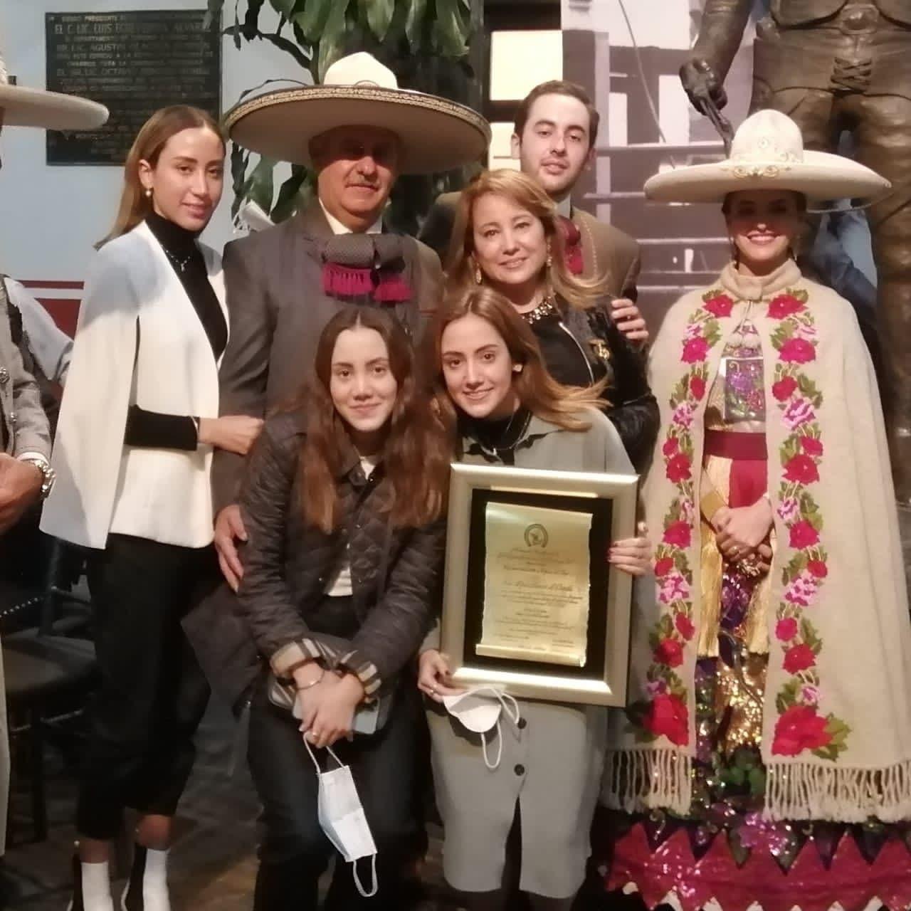 La señora Mini Blanco de Dávila, presidenta del Comité de Damas Charras, fue galardonada con la Rosa de Oro
